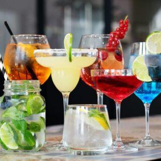 Quali sono i #cocktail più famosi al mondo, quelli assolutamente cool, che se siete in un bar non potete non chiedere per essere alla moda? 🍹🥥  Scopri la nostra selezione! (Link in bio).  #viabacco #cocktail #cocktails #bar #cocktailbar #bartender #bartenderlife #cocktailsofinstagram #cocktailsathome #margarita #mojito #blackrussian #daiquiri #caipiroska